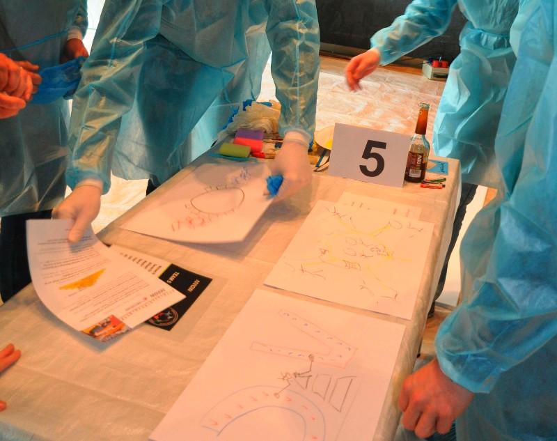 Gruppe 5 bespricht ihre Entwürfe