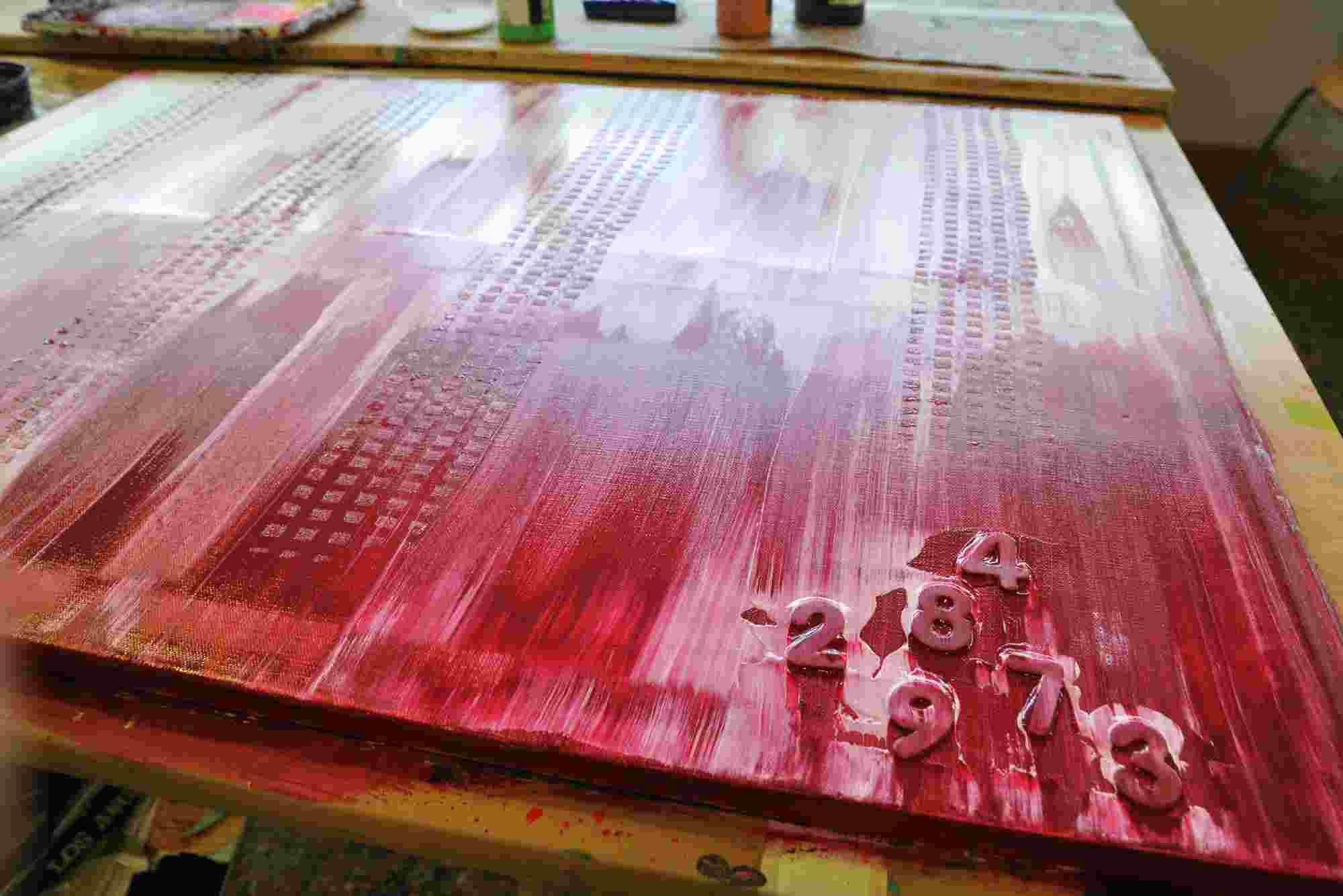 Die Klebebuchstaben wirken durch die Farbe